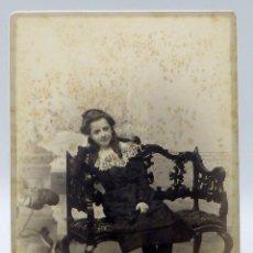 Fotografía antigua: FOTOGRAFÍA ALBÚMINA NIÑA POSANDO SILLÓN MADERA REYMUNDO Y CÍA CÁDIZ S XIX. Lote 111599939