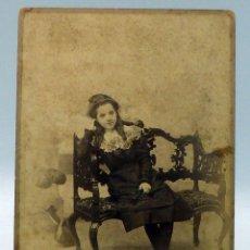 Fotografía antigua: FOTOGRAFÍA ALBÚMINA NIÑA POSANDO SILLÓN MADERA REYMUNDO Y CÍA CÁDIZ S XIX. Lote 111600003