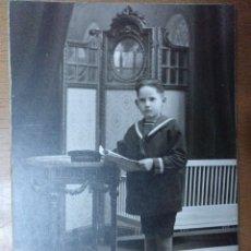 Fotografía antigua: NIÑO 1ª COMUNION FOTOGRAFIA ALONSO BARCELONA MOBILIARIO 9,5 X 13,5 CM (APROX). Lote 111674155