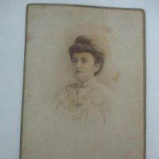 Fotografía antigua: FOTOGRAFÍA ALBÚMINA - FOTÓGRAFO J. GARCIA, BARCELONA - SEÑORA DE ÉPOCA - AÑO 1900. Lote 111695051