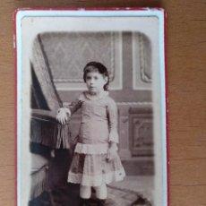 Fotografía antigua: FOTO DE ESTUDIO TARJETA VISITA NIÑA R. EROLES FOTOGRAFO. BARCELONA (1900). Lote 112215255