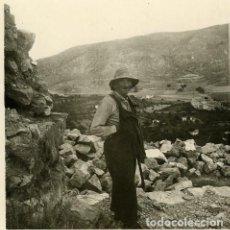 Fotografía antigua: ALBARRACIN (TERUEL). HABITANTE DEL LUGAR. FOTOGRAFIA POR VIAJERO FRANCÉS EN 1953. Lote 113276471