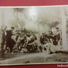 Fotografía antigua: IGUALADA. ALBÚMINA ORIGINAL 12 X 8 CTMS ANIMADO GRUPO EN EL BOSQUE. CIRCA 1900. Lote 113515827