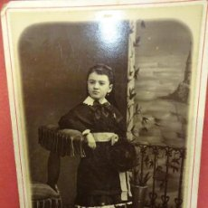 Fotografía antigua: NIÑA CON TRAJE TÍPICO. FOTO 16 X 11 CTMS. ESTUDIO JOSÉ SAGRISTÁ. IGUALADA. AÑOS 1890-1900. Lote 113591995