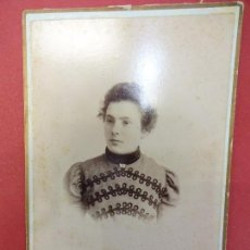 Fotografía antigua: DAMA JOVEN. FOTO 16 X 11 CTMS. ESTUDIO JAIME FONT. IGUALADA. AÑOS 1890-1900. Lote 113592451