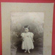 Fotografía antigua: NIÑA POSANDO. FOTO 20 X 15 CTMS. ESTUDIO JAIME FONT. IGUALADA. AÑOS 1890-1900. Lote 113593251
