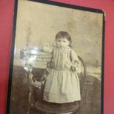 Fotografía antigua: NIÑA POSANDO. FOTO 16 X 11 CTMS. ESTUDIO DIAMANT FOTÓGRAFO. MATARÓ. AÑOS 1900. Lote 113593947