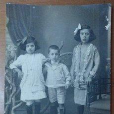 Fotografía antigua: RETRATO GRUPO DE NIÑOS 14 X 8,5 CM (APROX) PRINCIPIOS SIGLO XX. Lote 113668575