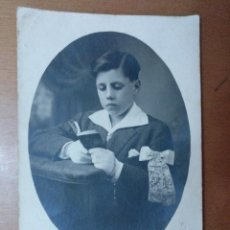 Fotografía antigua: RETRATO NIÑO 1ª COMUNION FOTOGRAFO E. CASAS LA BISBAL GIRONA PRINCIPIOS SIGLO XX. Lote 113677807
