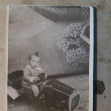 Fotografía antigua: FOTO ANTIGUA NIÑO CON COCHE DE JUGUETE.. Lote 116625432