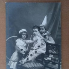 Fotografía antigua: FOTO ANTIGUA NIÑOS DISFRAZADOS PIERROT BUSQUETS BARCELONA SOPORTE CARTON 14,5 X 9 CM (APROX). Lote 120195643
