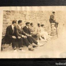 Fotografía antigua: FOTOGRAFIA PARTIDO TENIS AL BORDE MURO JUEZ EN ESCALERA PPIO S XX 6,5X9CMS. Lote 121137567