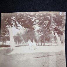 Fotografía antigua: FOTOGRAFÍA ANTIGUA PARQUE DOS JÓVENES SENTADOS ENTRE ARBOLES 8,4X8,5. Lote 121144219