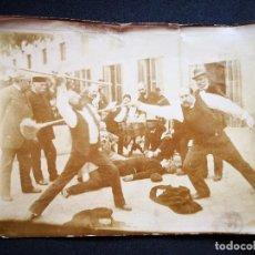Fotografía antigua: ALBUMINA INSCRITA GENERAL PARGA DUELO CON ESCOBAS ENTRE AMIGOS EN UN PATIO 17,9X13,8. Lote 121286495