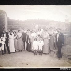 Fotografía antigua: FOTO DE COMUNION AÑOS 1920-30 GENTE VESTIDOS DE ÉPOCA ELEGANTE CASTILLO FONDO 17,9X12,7. Lote 121287211