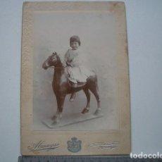 Fotografía antigua: NIÑA CON CABALLO DE CARTÓN, ALMAYSO, MADRID . Lote 121950307