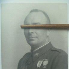 Fotografía antigua: FOTO GENERAL MEDALLA MILITAR INDIVIDUAL , HEROE OVIEDO, COLECTIVA . DE KAULAK ( FIRMA MANUSCRITA ). Lote 122021803