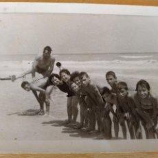 Fotografía antigua: ** FOTO ANTIGUA, --- NIÑOS JUGANDO EN LA PLAYA**. Lote 122925364