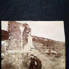 Fotografía antigua: FOTO RECORTADA DOS HOMBRES INVESTIGANDO RUINAS DE UNA CASA O CASTILLO DE PIEDRA 8,8X8,6 CM. Lote 123036183