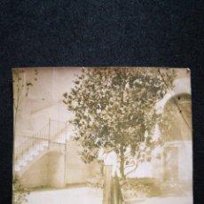 Fotografía antigua: FOTO RECORTADA ANTIGUA DAMA POSANDO CON ÁRBOL MAGNOLIA EN PATIO DE UNA CASA 8,5X8,6 CM. Lote 123036710