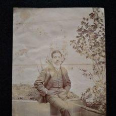 Fotografía antigua: FOTO ANTIGUA HOMBRE ELEGANTE POSANDO SENTADO EN UNA CLUMBA CON ÁRBOLES 8,8X14,4 CM. Lote 123045204