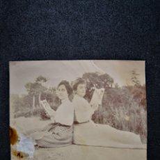 Fotografía antigua: FOTO RECORTADA DOS MUJERES VESTIDAS LEYENDO LIBROS SENTADOS EN ARENA ENTRE HIERBA 8,8X8,6 CM. Lote 123045816