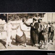 Fotografía antigua: CURIOSA FOTOGRAFÍA HOMBRES DISFRAZADOS EN MUJERES CON ESCOBAS CABALLO JUGUETE 10,5X6,1 CM. Lote 123047235