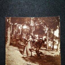Fotografía antigua: FOTO RECORTADA HOMBRE Y MUJER EN BOSQUE DE PINOS RIÉNDOSE BROMEANDO 8,2X8,5 CM. Lote 123047647
