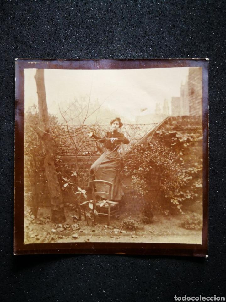 FOTO ANTIGUA AÑOS 1890 MUJER SUBIDA EN SILLA ENTRE ARBUSTOS 6,2X6,3 CM (Fotografía Antigua - Albúmina)