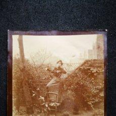 Fotografía antigua: FOTO ANTIGUA AÑOS 1890 MUJER SUBIDA EN SILLA ENTRE ARBUSTOS 6,2X6,3 CM. Lote 123059194