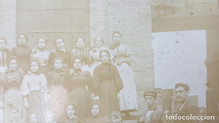 Fotografía antigua: FOTOGRAFÍA DE GRUPO DE TRABAJADORAS. ALBUMINA. SIGLO XIX-XX. - Foto 2 - 124706295
