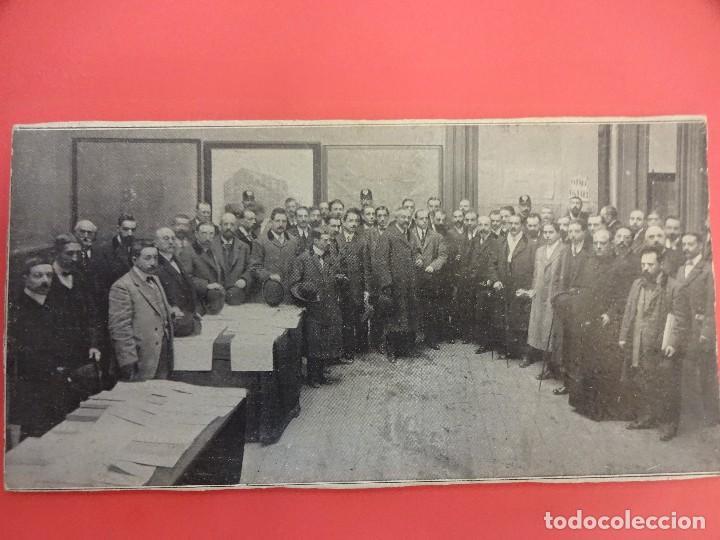 Fotografía antigua: Muy antigua albumina. Personalidades posando en dependencias del Ayuntamiento Madrid. 22x11 ctms - Foto 2 - 125122927
