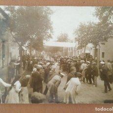 Photographie ancienne: FOTO ANTIGUA SABADELL CICLISMO CARRERA PREMIO PEUGOT LLEGADA CORREDORES GANADOR JAIME DURAN. Lote 126259175