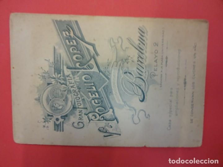 Fotografía antigua: Antigua albúmina montada sobre cartón. Niña de 1ª Comunión en Estudio Rogelio López. Barcelona - Foto 2 - 127436303