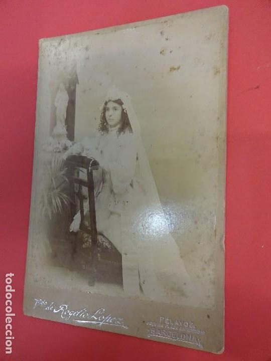 ANTIGUA ALBÚMINA MONTADA SOBRE CARTÓN. NIÑA DE 1ª COMUNIÓN EN ESTUDIO ROGELIO LÓPEZ. BARCELONA (Fotografía Antigua - Albúmina)