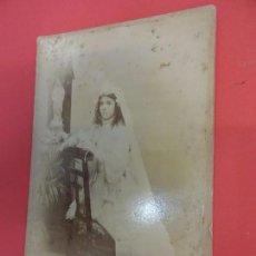 Fotografía antigua: ANTIGUA ALBÚMINA MONTADA SOBRE CARTÓN. NIÑA DE 1ª COMUNIÓN EN ESTUDIO ROGELIO LÓPEZ. BARCELONA. Lote 127436303