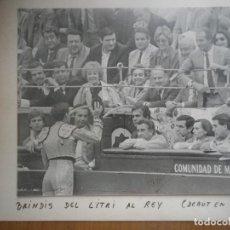 Fotografía antigua: BRINDIS DEL LITRI AL REY EN SU DEBUT EN MADRID FOTO ORIGINAL 24 X19 CENTIMETROS. Lote 128151603