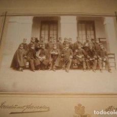 Fotografía antigua: GUADALAJARA GRUPO DIRECTOR Y PROFESORES DE LA ACADEMIA DE INGENIEROS EN EL PATIO ALBUMINA H. 1895. Lote 128162871