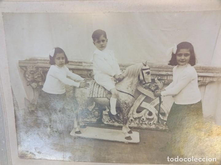 Fotografía antigua: NIÑOS JUGANDO CON CABALLO de CARTON. Preciosa albúmina montada sobre carton. 21 x 15 ctms - Foto 2 - 128257227
