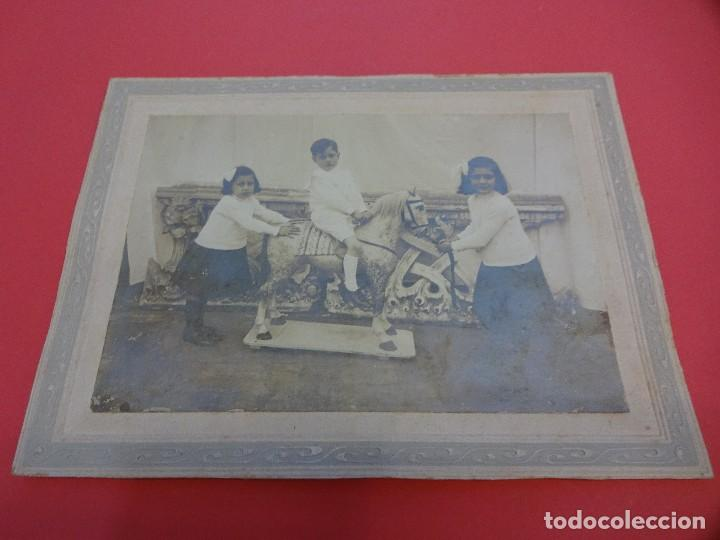 Fotografía antigua: NIÑOS JUGANDO CON CABALLO de CARTON. Preciosa albúmina montada sobre carton. 21 x 15 ctms - Foto 3 - 128257227