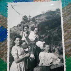 Fotografía antigua: ANTIGUA FOTO JUGANDO CON EL ASNO. Lote 128831291