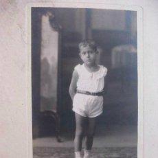 Fotografía antigua: BONITA FOTO DE ESTUDIO DE NIÑO CON PATANLON CORTO . AÑOS 20. DE DUARTE , OVIEDO..... 15 X 22 CM. Lote 132533634