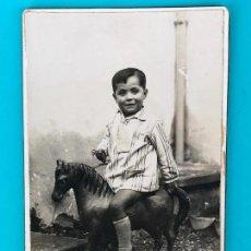 Fotografía antigua: ANTIGUA FOTOGRAFIA ALBUMINA NIÑO SOBRE CABALLITO CON RUEDAS - MULA O BULLAS, MURCIA. Lote 134009402