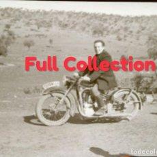 Fotografía antigua: NEGATIVO HOMBRE EN MOTO BMW R35 LUFTWAFFE. AÑOS 40, FOTO UNICA. Lote 134820190