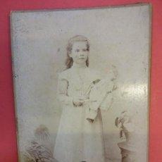 Fotografía antigua: ANTIGUA ALBUMINA SOBRE CARTON ESTUDIO ORRIT. MANRESA. NIÑA POSANDO CON MUÑECA. Lote 136618666