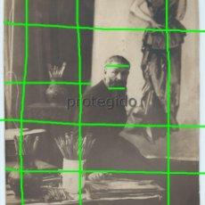 Fotografía antigua: RETRATO. EL PINTOR KEES VAN DONGEN, EN SU ESTUDIO. FOTÓGRAFO HENRY MANUEL. PARIS.. Lote 135071414