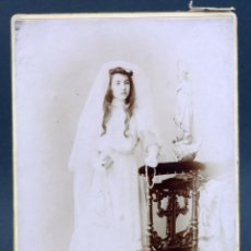 Fotografía antigua: FOTOGRAFÍA NIÑA PRIMERA COMUNIÓN POSANDO RECLINATORIO I COYNE ZARAGOZA HACIA 1900. Lote 137319570
