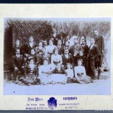 Fotografía antigua: FOTOGRAFÍA GRUPO FAMILIAR POSANDO JESÚS MORA ARENEROS MADRID HACIA 1900. Lote 137327842