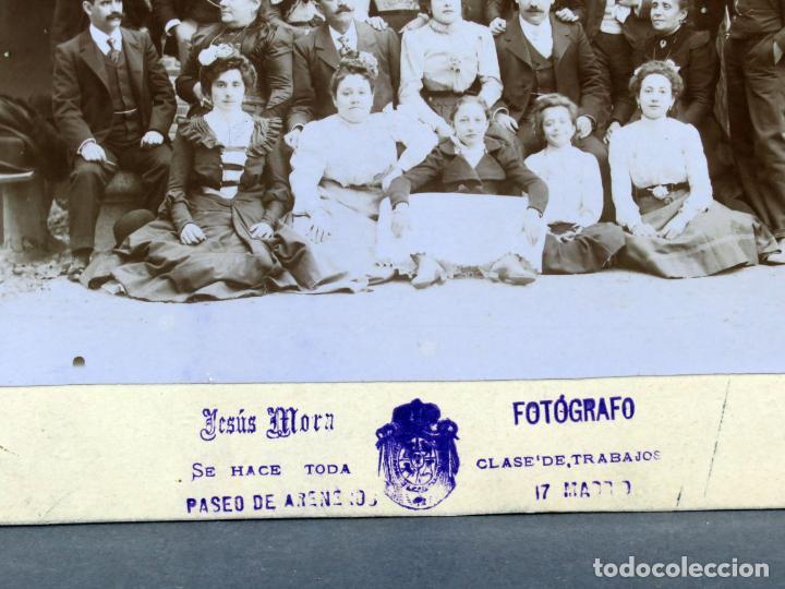Fotografía antigua: Fotografía grupo familiar posando Jesús Mora Areneros Madrid hacia 1900 - Foto 2 - 137327842