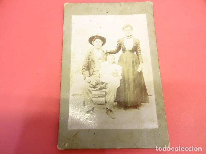 Fotografía antigua: Antigua albumina montada sobre cartón. Familia posando en Estudio Ahumada. CORDOBA - Foto 2 - 138029082